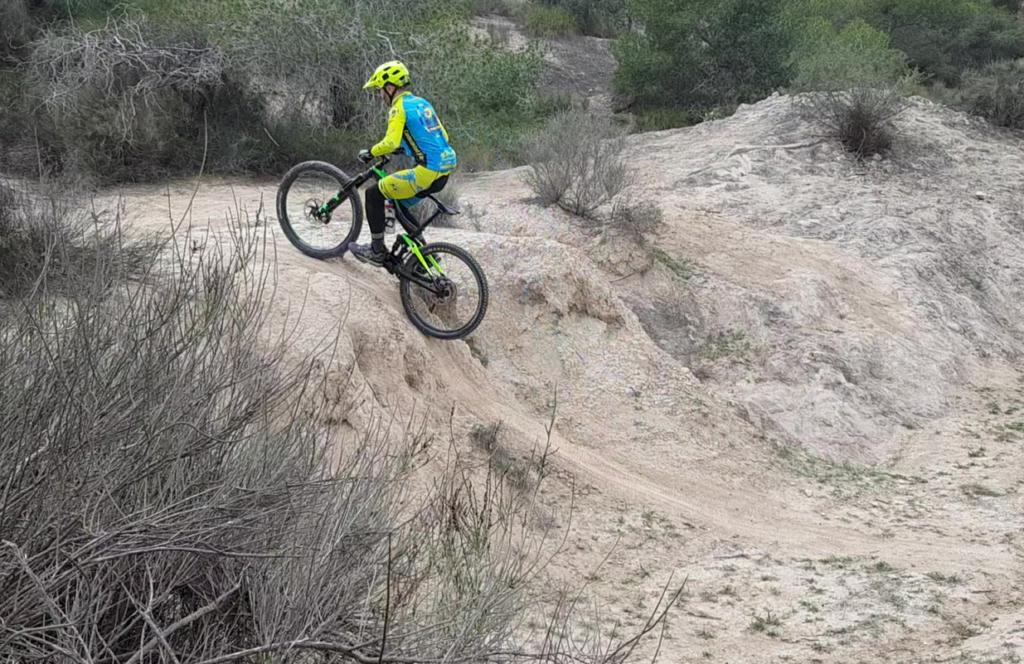 Ascenso ténico de escalón complicado por comunitario Pedro203 en las Salinas de Molina por Comunidad Biker MTB