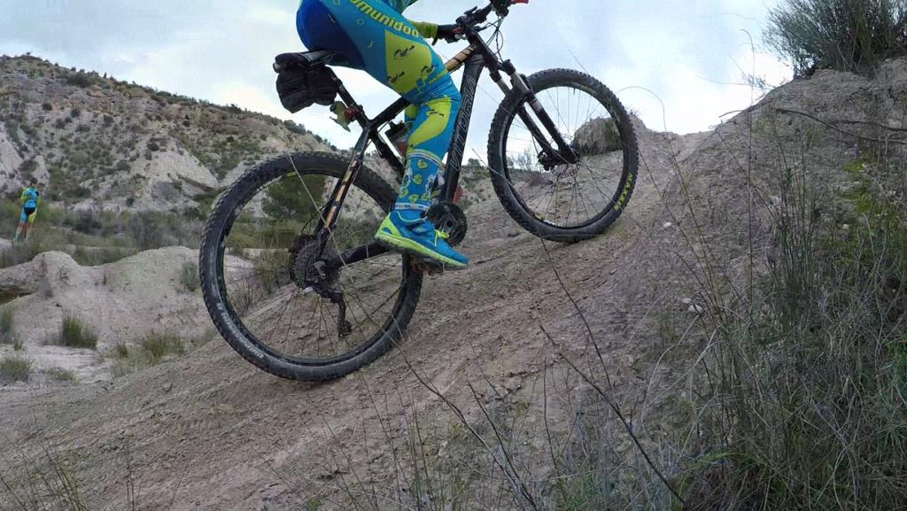 Ascenso técnico complicado en ciclismo de montaña MTB BTT BXM del comunitario Kronxito en las Salinas de Molina por Comunidad Biker MTB