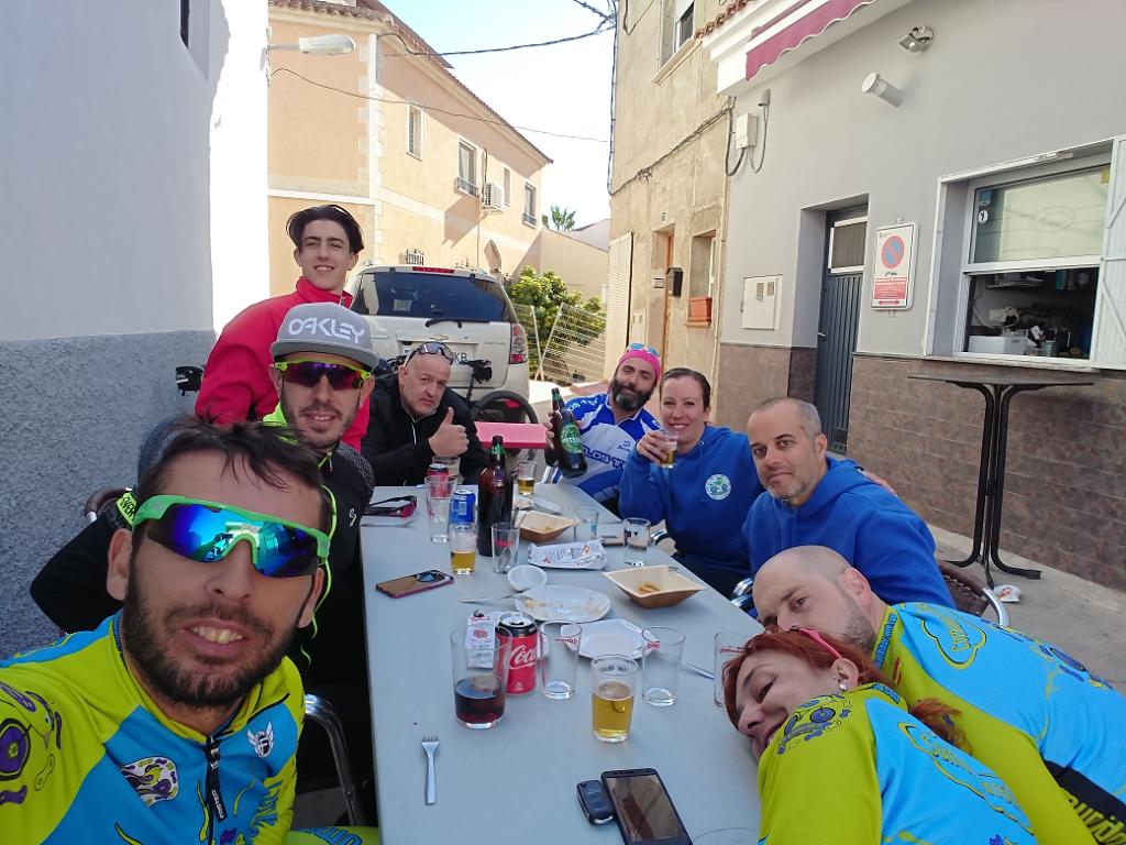 Comida en bar tras ruta de ciclismo de montaña en la Puebla de Mula por Comunidad Biker MTB
