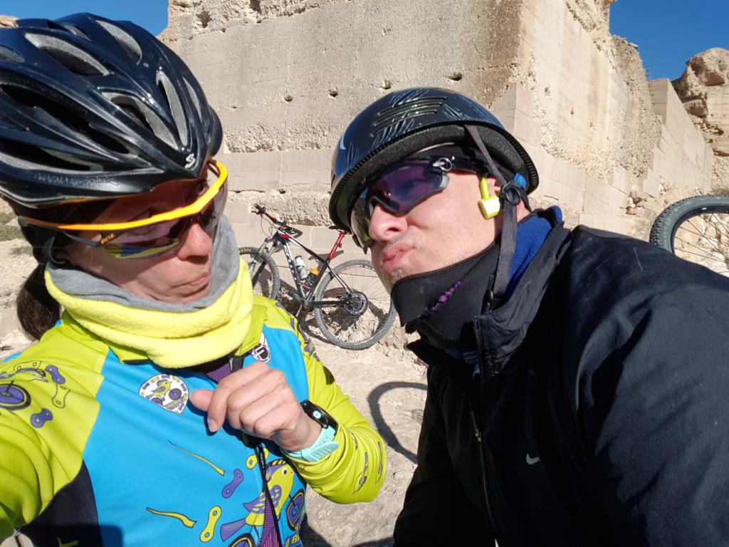 Intento de beso del comunitario Matías a la comunitaria Patricia que le hace una cobra en el castillo de Pliego por Comunidad Biker MTB