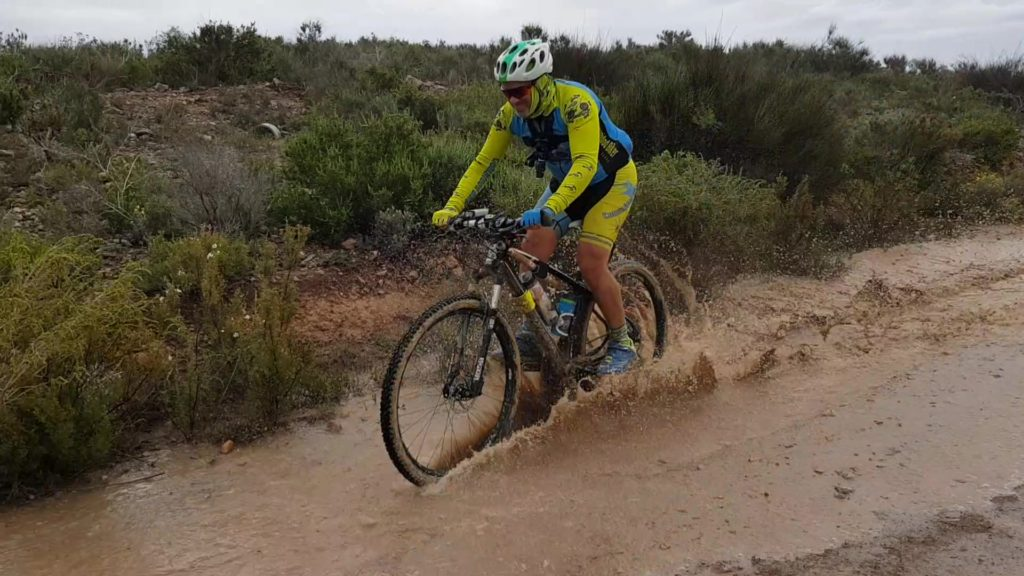 Comunitario Alonso cruzando charco de agua y barro por Comunidad Biker MTB