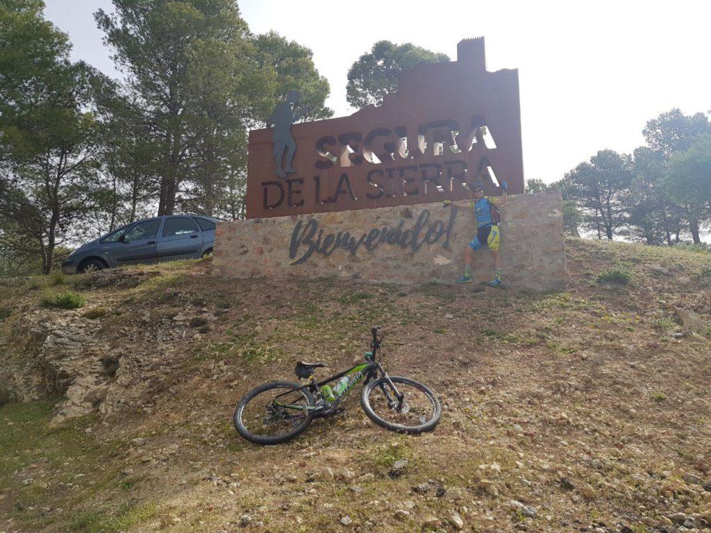 Segura de la Sierra cartel de entrada al pueblo por Comunidad Biker MTB