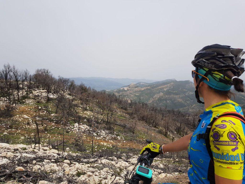 Cerca del Yelmo con vistas al fondo de Segura de la Sierra por Comunidad Biker MTB