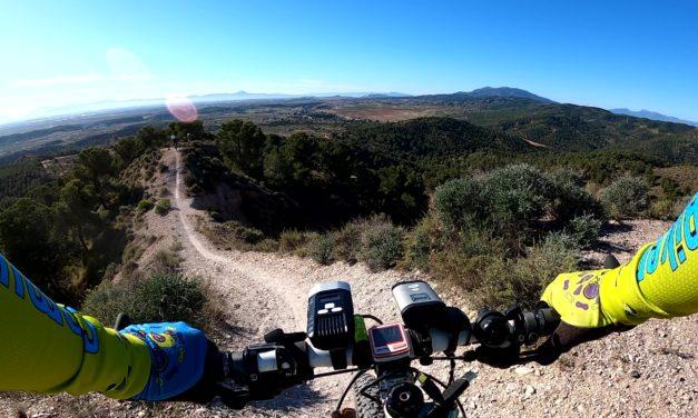 Una picadura de pollo o pájara encubierta en ruta de ciclismo de montaña por el Relojero